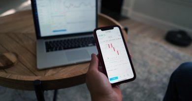 Smartphone Hand Stocks Finance  - MayoFi / Pixabay